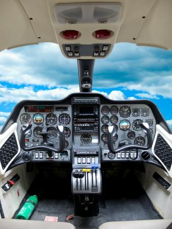 tablero de control: Panel de instrumentos en un avi�n de cabina. Editorial