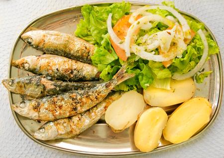 sardinas: Sardinas a la plancha con ensalada mediterránea y patatas cocidas Plato típico mediterráneo
