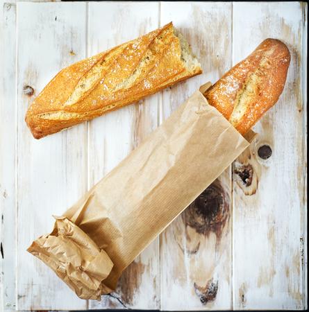 소박한 테이블에 grocey 종이 가방 (유럽 스타일)에서 빵 덩어리.