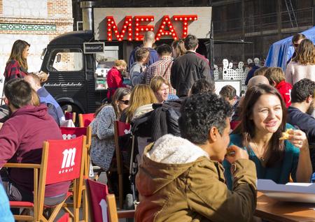 comida rica: Camión de alimentos en un mercado. Comida en la calle.
