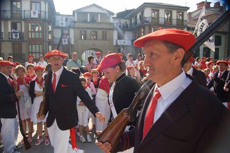 boinas: Irun Espa�a 30 de junio de 2007. Miles de ciudadanos vestidos con uniformes y organizada en sus respectivas empresas cada una con camarera y vistiendo boinas rojas. El alarde de San Marcial en Ir�n. Jactan Guip�zcoa Espa�aEl de San Marcial en Ir�n conmemora la vict