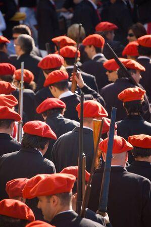 boast: Irun Spagna 30 giugno 2007. Migliaia di cittadini di indossare uniformi e organizzata nelle rispettive aziende ciascuna con barmaid e indossando berretti rossi. Il vanto di San Marcial a Irun. Guipuzcoa SpagnaIl vanto di San Marcial a Irun commemora il vict