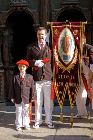 boinas: Irun Espa�a 30 de junio de 2007. Los ciudadanos vestidos con uniformes que llevan la bandera en honor a San Marcial. El alarde de San Marcial en Ir�n. Jactan Guip�zcoa Espa�a.El de San Marcial en Ir�n conmemora la victoria de los habitantes de la ciudad en Su Su muchos