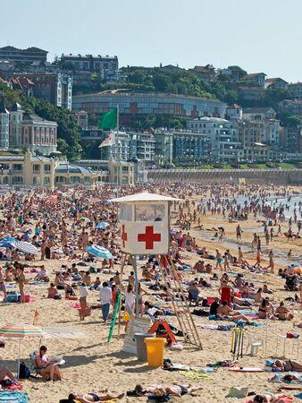 cruz roja: La estación de salvavidas de la Cruz Roja en la playa de la Concha. Donostia San Sebastián, País Vasco, Guipúzcoa. España.