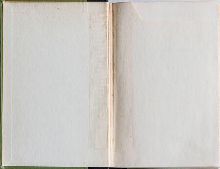 portadas libros: El libro viejo grunge abrió a la primera página que muestra el papel textura de edad en su interior.