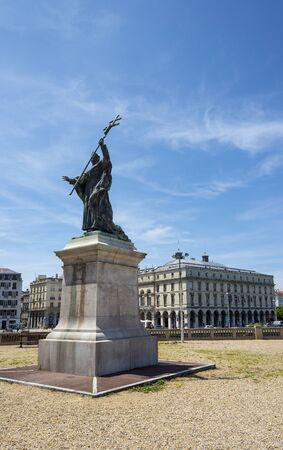 ville: Bayonne, France - May 21, 2016: Statue of Cardinal Charles Lavigerie in Place du Ra duit with Hotel de Ville (City Hall) of Bayonne, Bayonne Mairie called, in background. Aquitaine, France