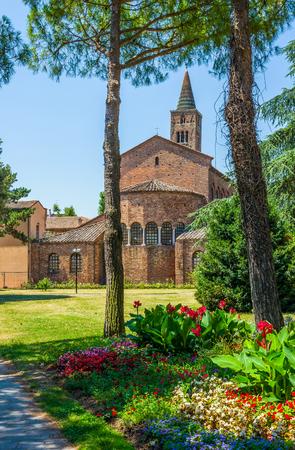 giardino: Basilica of San Giovanni Evangelista, view from Giardino Speyer garden. Ravenna, Emilia-Romagna. Italy. Stock Photo