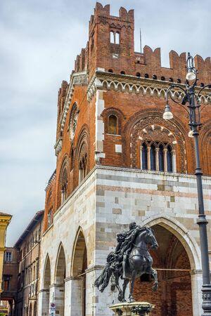 gotico: Palazzo Gotico y la estatua ecuestre de Alejandro Farnesio, en la Piazza Cavalli de Piacenza. Emilia-Romaña. Italia.