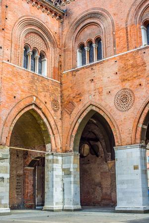 gotico: Palazzo Gotico en la Piazza Cavalli de Piacenza. Emilia-Romaña. Italia.