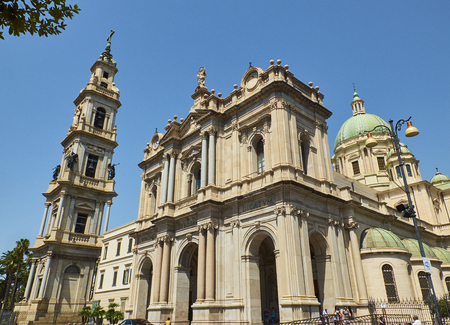 ポンペイイタリア)-8 月10日、2017。コンソラータ・デッラ・ベアタ聖母・デル・ロザリオの主なファサードと鐘楼 (ロザリオのマドンナの聖域&