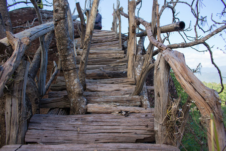 Oude houten brug die zich uitstrekt om de natuurlijke schoonheid te waarderen. Stockfoto