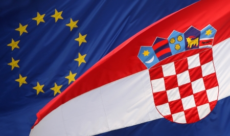 자그레브, 크로아티아 - 2013 년 6 월 12 일 정부 건물, 자그레브, 크로아티아에 유럽 연합과 크로아티아어 플래그 2013 년 7 월 1에 크로아티아 상태는 유럽
