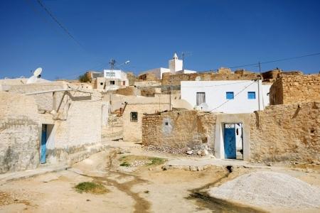 Villaggio Tamezret in Tunisia Tamezret � un tunisino villaggio berbero situato sud-est del paese, a circa dieci chilometri da Matmata e 40 km sud-ovest della capitale del governatorato di Gabes cui dipende