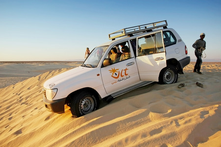 Ong Jemel, Tunisia - 16 settembre, 2012 Una jeep i turisti in giro adrenalina di guida sulle dune del deserto del Sahara in Ong Jemel, Tunisia