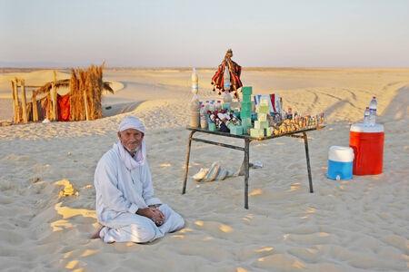 Sahara, Tunisia - 17 Settembre 2012 Un beduino che vende souvenir a una fermata turistica a Ong Jemel, Tozeur, Tunisia