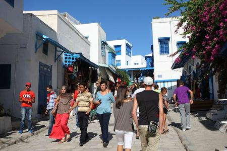 Sidi Bou Said, Tunisia - 14 settembre, 2012 turisti a piedi e visita della citt� Sidi Bou Said, Tunisia Sidi Bou Said � una citt� nel nord della Tunisia noto per l'uso di blu e bianco in esso Editoriali