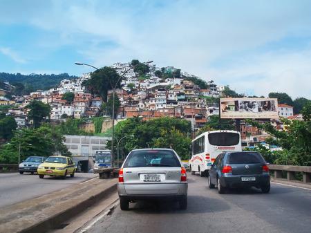 underprivileged: RIO DE JANEIRO - 4 Aprile traffico davanti ai tunnel Andre Reboucas che passa da una delle tante favelas il 4 aprile 2006 a Rio de Janeiro, Brasile