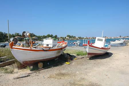Due barche su un bacino di carenaggio su una costa del resort Laganas a Zante, Grecia.