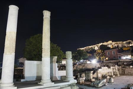 Colonne di biblioteca di Adriano con vista l'Acropoli di Atene, in Grecia.