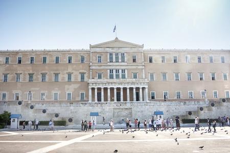 syntagma: ATENE, GRECIA - 6 ottobre 2011: L'edificio del Parlamento ellenico sulla piazza Syntagma il 6 ottobre 2011 a Atene, Grecia. Editoriali