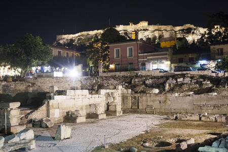 antigua grecia: Ruinas de la biblioteca de Adriano en la Acrópolis de Atenas, Grecia.