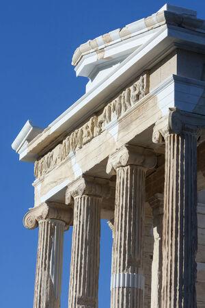 Il Tempio di Atena Nike sull'Acropoli di Atene, a Atene, Grecia. Alcune parti del tempio sono stati ricostruiti. Archivio Fotografico