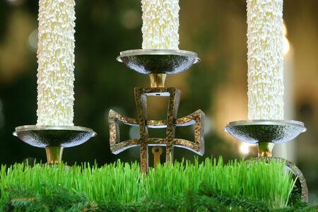 Un candeliere con croce e candele su albero altare della chiesa. Archivio Fotografico
