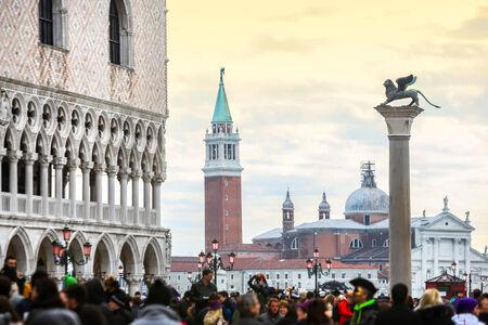 VENEZIA, ITALIA - 15 febbraio: Un punto di vista della Chiesa di San Giorgio Maggiore da Piazza San Marco, con i turisti e Doge