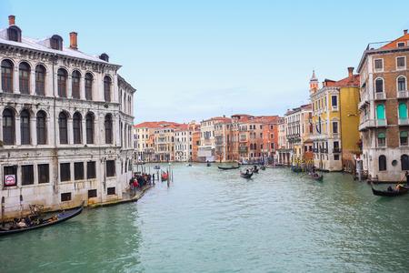 VENEZIA, ITALIA - 15 febbraio: Un punto di vista di gondole con i turisti che navigano in un grande canale accanto a una piazza Campo Erberia il 15 febbraio 2014 a Venezia, Italia.