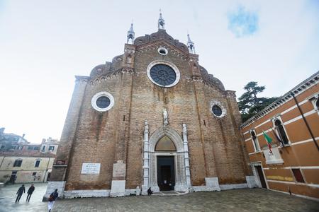 VENEZIA, ITALIA - 15 febbraio: Un basso angolo di vista della Basilica di Santa Maria Gloriosa dei Frari sulla piazza Campo dei Frari 15 febbraio 2014 a Venezia, Italia.