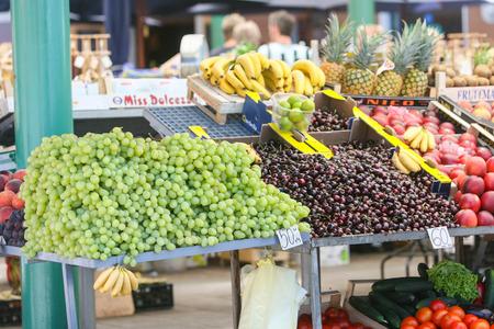 ROVIGNO CROAZIA 26 luglio: Una vista di frutta fresca con il prezzo in kune visualizzato su una bancarella del mercato il 26 luglio 2009 a Rovigno Croazia.