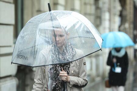 ZAGABRIA CROAZIA 22 maggio: Un tempo piovoso e ventoso sulla strada del centro della citt� il 22 maggio 2015 a Zagabria Croazia. A close up di una donna con un ombrello.
