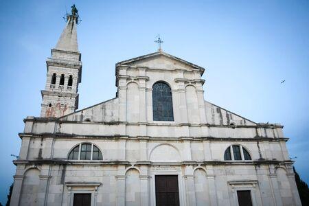 Un basso angolo di vista della chiesa e il campanile di San Eufemia al tramonto a Rovigno. Rovigno � una meta turistica sulla costa adriatica della Croazia.
