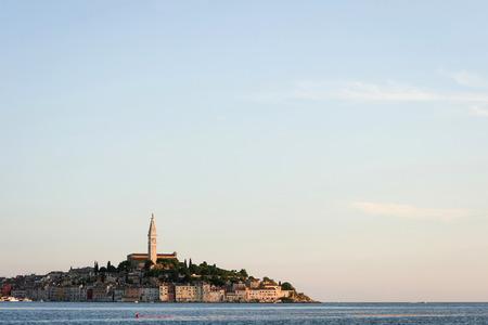 Una veduta del centro storico cittadino con la chiesa e il campanile di San Eufemia a Rovigno. Archivio Fotografico