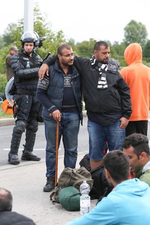 autoridades: Bregana, ESLOVENIA - 20 de septiembre: Los refugiados sirios en la frontera eslovena bloqueado con Croacia el 20 de septiembre, 2015, en Eslovenia. Los migrantes est�n esperando las autoridades para abrir el paso fronterizo, para que puedan continuar a la europea norte