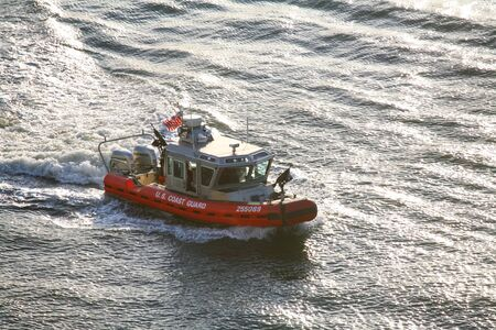 NEW YORK CITY, USA - APRIL 30 : A high angle view of a U.S. Coast Guard powerboat sailing in the East River on April 30, 2006 in New York City, USA. 新聞圖片