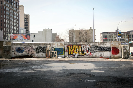 NEW YORK CITY, USA - MARCH 17 : A graffiti wall in the neighborhood of Manhattan on March 17th, 2005 in New York City, USA. 에디토리얼