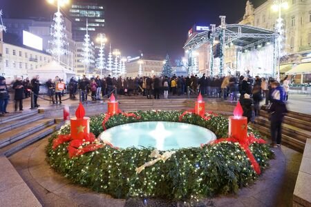 corona de adviento: ZAGREB, CROATIA - DECEMBER 14: Advent wreath around the water fountain Mandusevac at advent time on central Jelacic Square on December 14th, 2015 in Zagreb, Croatia. Zagreb has been declared the best european christmas destination in 2015. Editorial