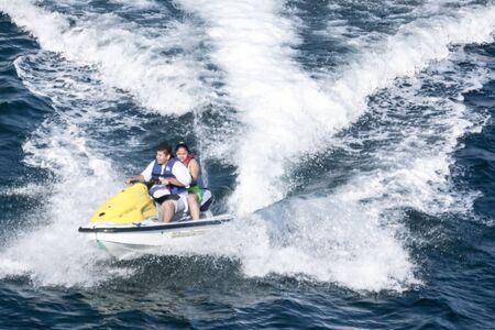 moto acuatica: ACAPULCO, MEXICO - 19 de febrero de 2006: Dos personas montando moto de agua en la bahía de Acapulco, México.