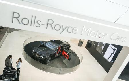 MÜNCHEN, DEUTSCHLAND - 6. MAI 2017: Leute, die das ausgestellte Rolls Royce-Automobil in der BMW-Weltausstellungsmitte in München, Deutschland besichtigen. Standard-Bild - 78217020