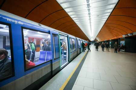 뮌헨, 독일 -2011 년 5 월 9 일 : 뮌헨, 독일에서 지하철 U6 지하철에 Marienplatz 지하철 역에 사람들과 기차. 매년 약 3 억 5 천만명의 승객이 U-Bahn을 타고 있