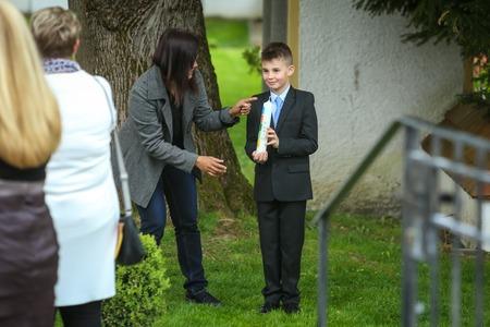 NANDLSTADT, ALLEMAGNE - 7 MAI 2017: Un jeune garçon posant avec une bougie lors de la première communion à Nandlstadt, en Allemagne.