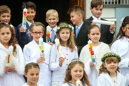 NANDLSTADT, ALLEMAGNE - 7 MAI 2017: Un groupe de jeunes filles et garçons tenant des bougies alignées et posant pour la photographie lors de leur première communion à Nandlstadt, en Allemagne.