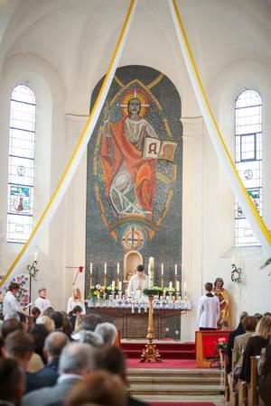 NANDLSTADT, ALLEMAGNE - 7 MAI 2017: Le prêtre qui tient la messe à la première communion à Nandlstadt, en Allemagne. Éditoriale