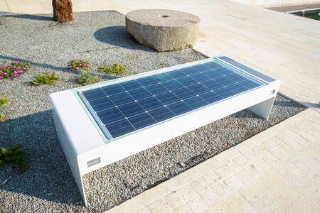 Banc avec panneau solaire et chargeur de téléphone portable au bord de l'eau à Njivice, île de Krk, Croatie. Banque d'images - 83716449