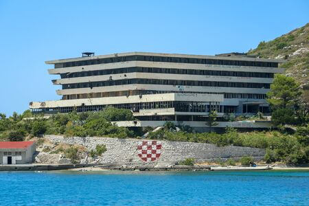 KUPARI, CROATIA - JULY 18, 2017 : Hotel Pelegrinl in abandoned Yugoslavian military resort in Kupari, Croatia. 版權商用圖片 - 86602271