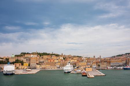 ANCONA, ITALIEN - 10. JULI 2011: Stadtbild von Ancona mit Fähren am Hafen vom Meer aus gesehen. Editorial