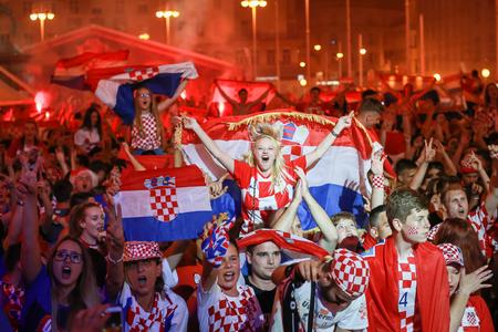 ZAGREB, CROATIE - 7 juillet 2018: les fans de football croates célèbrent la victoire de quart de finale croate sur la Russie sur la coupe du monde 2018 sur la place Ban Jelacic à Zagreb, Croatie.