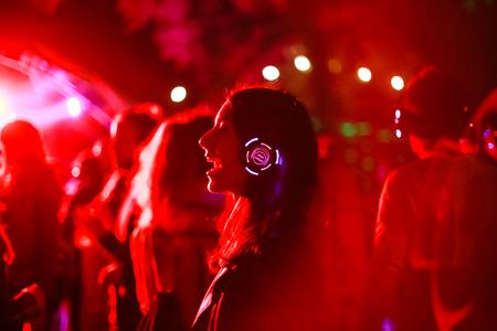 Zagreb, Kroatië - 26 juni, 2018: Silent Party door YEM kolektiv dj's op het 13e INmusic festival gelegen aan het meer Jarun in Zagreb, Kroatië.