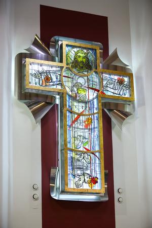 Zagreb, Croatie - 11 mai 2019 : Détail de la grande croix artistique moderne avec Jésus Christ sur le verre dans l'église de Saint Nikola Bishop à Zagreb, Croatie.